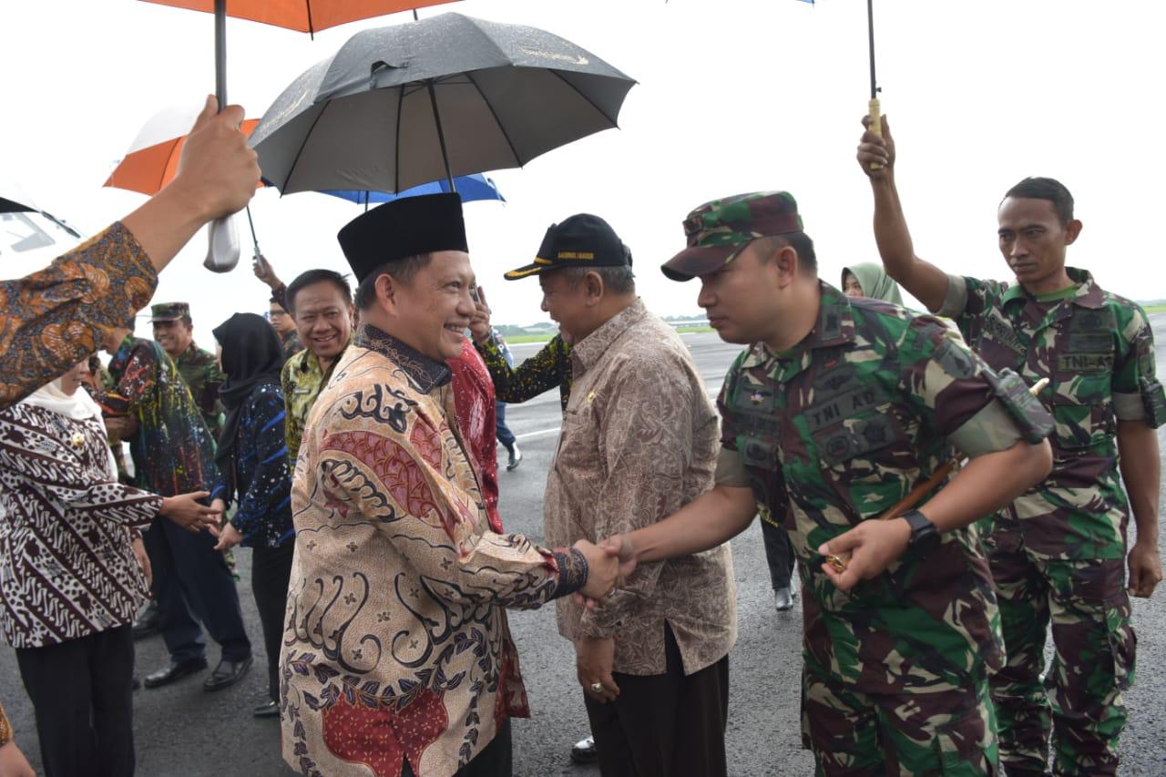 Dandim 0804/Magetan sambut kedatangan Menteri Dalam Negeri Tito Karnavian Di Lanud Iswahjudi, Magetan